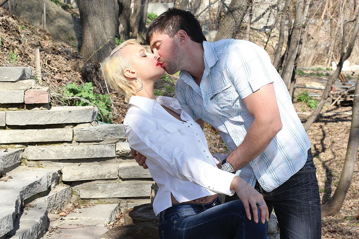 Девушке целуют грудь в общественном месте секс онлайн онлайн