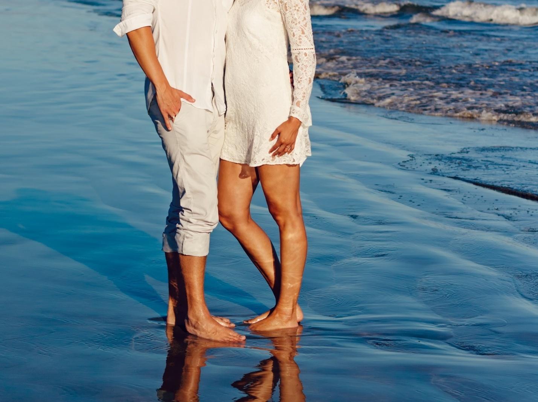 Фото девушка запрыгнула на парня обняв ногами фото